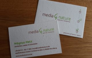 Visitenkarten aus Baumwollabfall in das Kamillesamen eingearbeitet sind