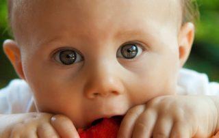 Baby mit Melone -Beispiel für Nudging